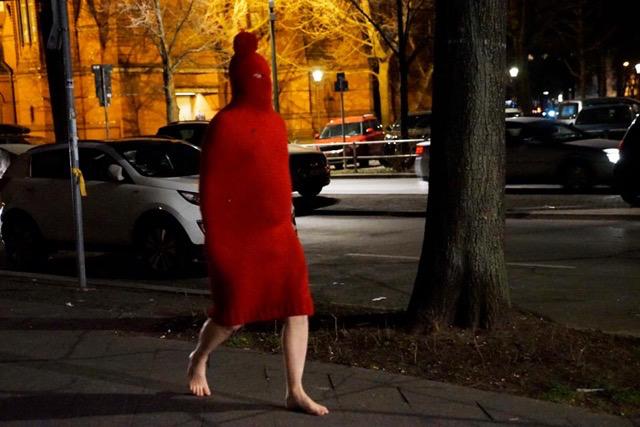 """Hasskäpchen läuft zur Ausstellung """"CHROMOSOM XY. Männerkunst–Herrenkunst"""", 1. März 2019 Foto: Francisca Gómez"""